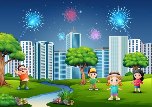 Zabawna kreskówki chłopcy i dziewczęta grają w parku