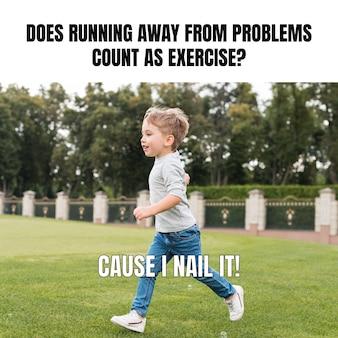 Zabawny chłopak biegający mem