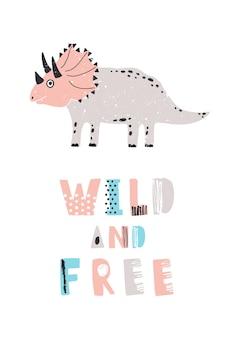 Zabawny dinozaur lub triceratops i slogan wild and free na białym tle. uroczy wymarły gad. kolorowa ilustracja wektorowa dla dzieci w stylu płaskiej kreskówki dla drukowanej koszulki, pieczęć