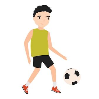 Zabawny mały chłopiec ubrany w odzież sportową, gry w piłkę nożną lub piłkę nożną na białym tle