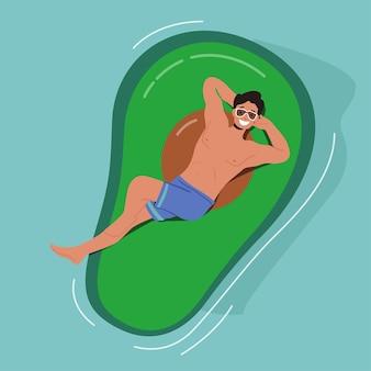 Zabawny męski charakter unoszący się na nadmuchiwanym materacu w kształcie awokado, ciesząc się wakacyjnym kurortem lub hotelem relax, unosić się w basenie, oceanie lub morzu. ilustracja kreskówka wektor