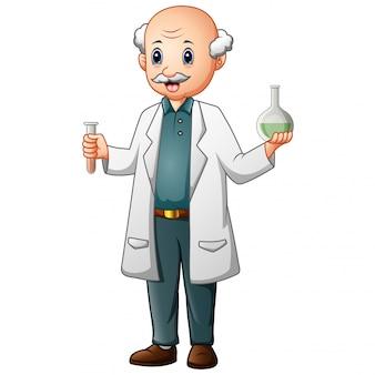Zabawny stary chemik trzymając probówki i kolby