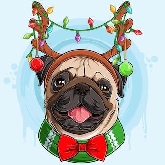 Zabawny uśmiechnięty świąteczny pies mops z porożami reniferów ze światłami świąteczny pies mops