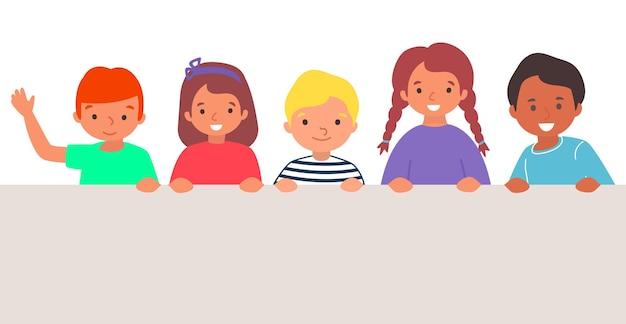 Zabawny wesoły charakter grupy małe dziecko stojąc na białym tle