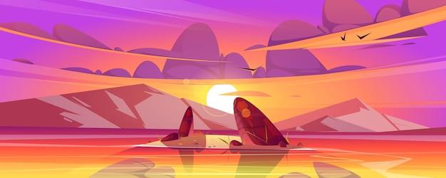 Zachód słońca krajobraz z morzem i górami na horyzoncie