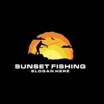 Zachód słońca sylwetka połowów