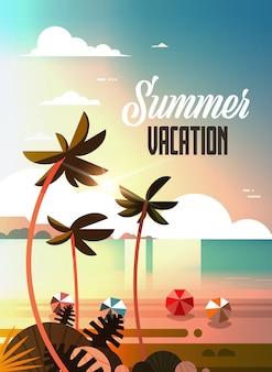 Zachód słońca tropikalne palmy piłki plażowe widok letnie wakacje nad morzem morze ocean pionowe napis