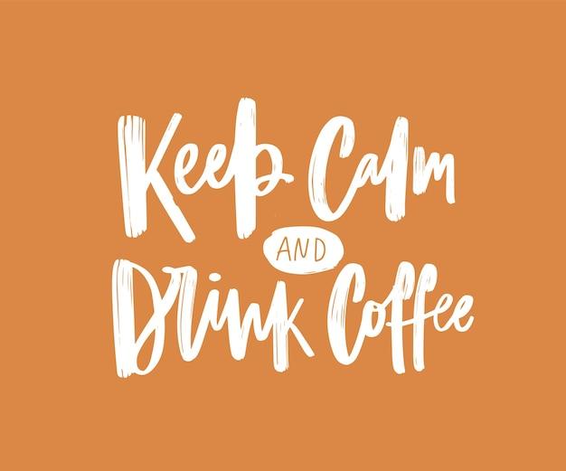 Zachowaj spokój i pij kawę motywującą lub inspirującą frazę napisaną eleganckim kaligraficznym pismem. stylowy napis odręczny