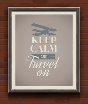 Zachowaj spokój i podróżuj - ilustracja plakat z cytatem w drewnianej ramie na ścianie z cegły.