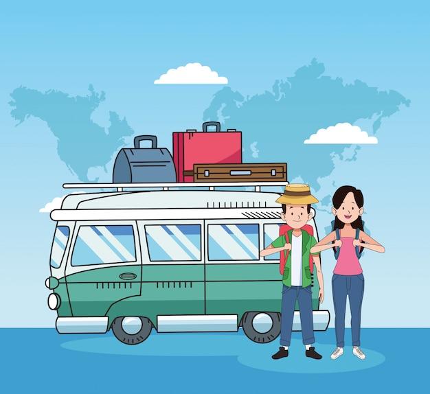 Zadowoleni turyści i projekt podróży