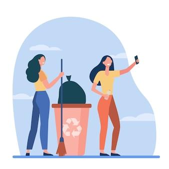 Zadowoleni wolontariusze zbierają śmieci i robią selfie. kobiety z miotłą, kosz na śmieci, recykling ilustracji wektorowych płaski. ograniczanie marnotrawstwa, wolontariat