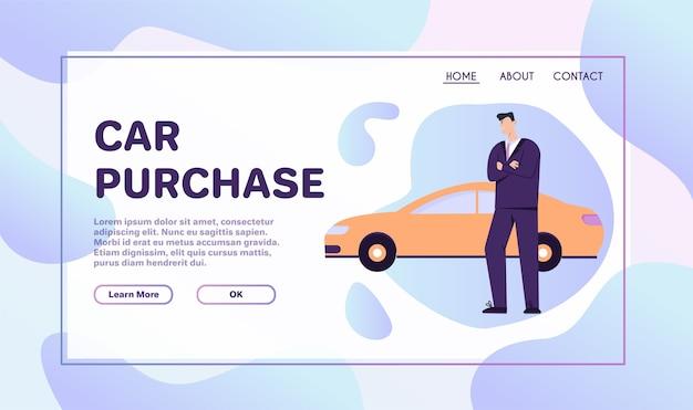 Zadowolony klient kupuje pojazd i stoi w pobliżu swojego nowego samochodu.