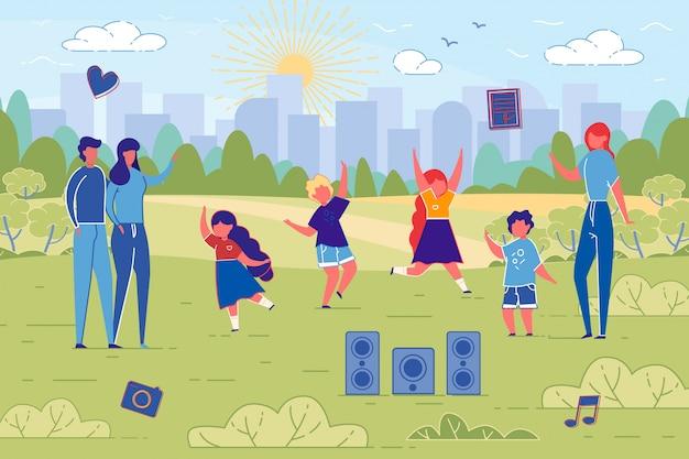 Zajęcia taneczne z płaskim sztandarem dla dzieci w naturze.