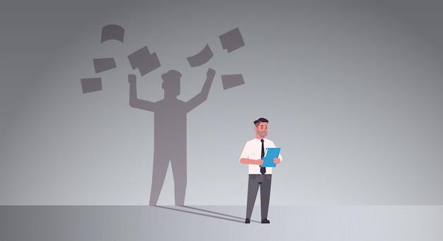 Zajęty biznesmen posiadania folderu