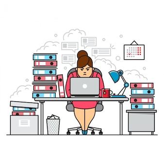 Zajęty, zmęczony i zły pracowita kobieta korzysta z laptopa