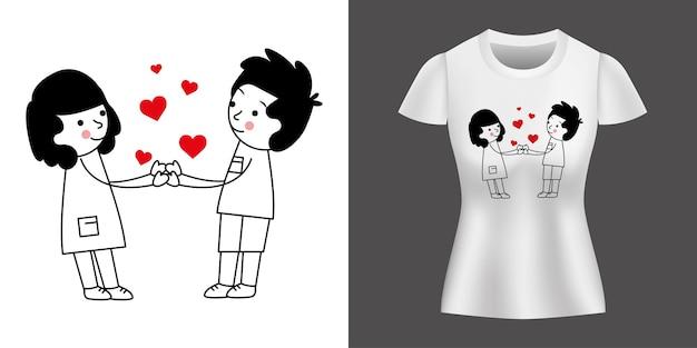 Zakochana para trzymając się za ręce między sercami wydrukowanymi na koszulce.