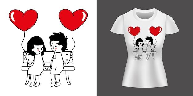 Zakochana para z balonami w kształcie serca nadrukowanymi na koszulce.