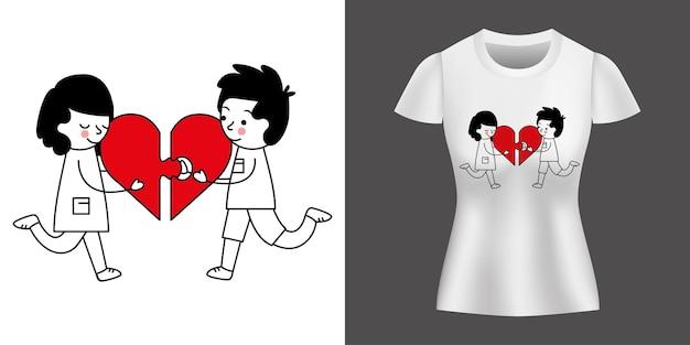 Zakochana para z sercem nadrukowanym na koszulce.