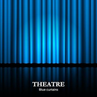 Zamknięta niebieska kurtyna teatralna z reflektorem