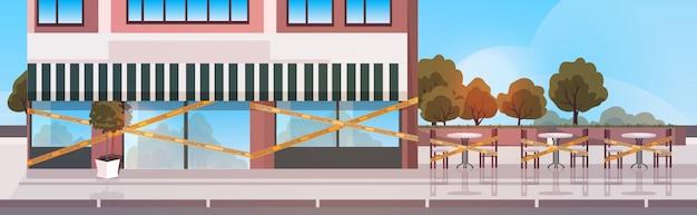 Zamknięty budynek kawiarni z żółtą taśmą
