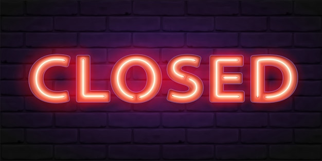 Zamknięty znak z czerwonym blaskiem neonu na tle ściany z cegły. ilustracja z typografią. napis na drzwiach sklepu, kawiarni, baru lub restauracji, baner, sieć.