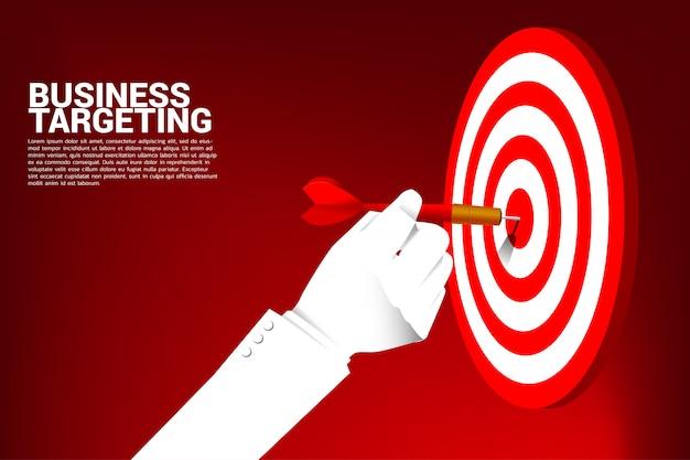 Zamyka w górę biznesmen ręki z strzałki strzałką