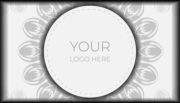 Zaprojektuj zaproszenie z miejscem na tekst i czarne wzory. projekt pocztówki białe kolory z ornamentem mandali.