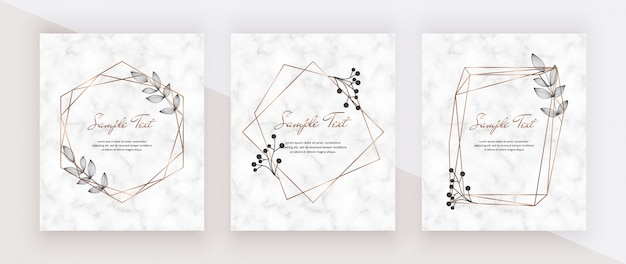 Zaproszenia ślubne marmurowe karty ze złotymi geometrycznymi wielokątnymi ramkami i czarnymi liśćmi.