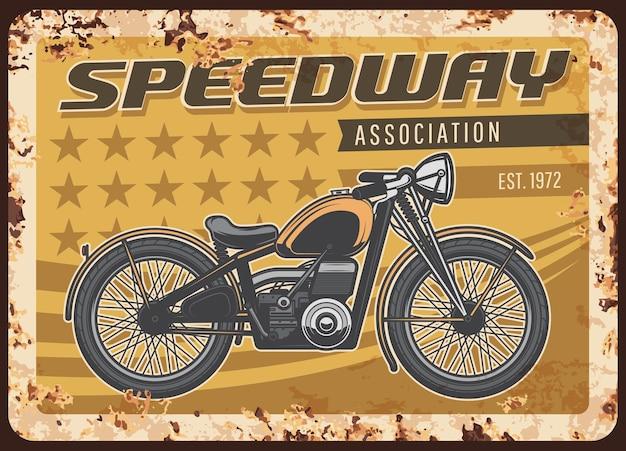 Zardzewiały talerz stowarzyszenia speedway z zabytkowym motocyklem