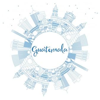 Zarys panoramę gwatemali z niebieskimi budynkami i przestrzenią do kopiowania. ilustracja wektorowa. podróże służbowe i koncepcja turystyki z nowoczesną architekturą. obraz banera prezentacji i witryny sieci web.