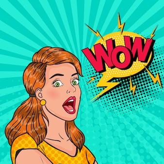 Zaskoczona dziewczyna pop-artu z otwartymi ustami. zszokowana kobieta z komiksową bańką wow. vintage plakat reklamowy, pin up.