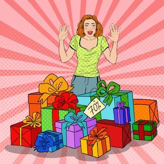 Zaskoczona kobieta pop-artu z ogromnymi pudełkami.