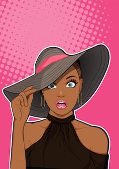 Zaskoczony czarna kobieta z kapelusza patrząc