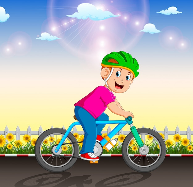 Zawodowy rowerzysta jeździ rowerem po ogrodzie