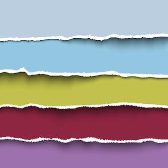 Zbiór czterech kolorowych kawałków podartego papieru z poszarpanymi krawędziami.