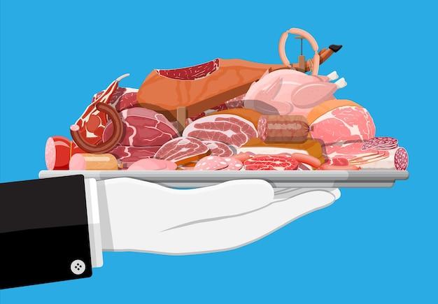Zbiór mięsa na tacy. kotlet, kiełbaski, boczek, szynka. mięso marmurkowe i wołowina. sklep mięsny, steki, produkty ekologiczne z farmy. spożywcze produkty spożywcze. świeży stek wieprzowy. wektor ilustracja płaski styl
