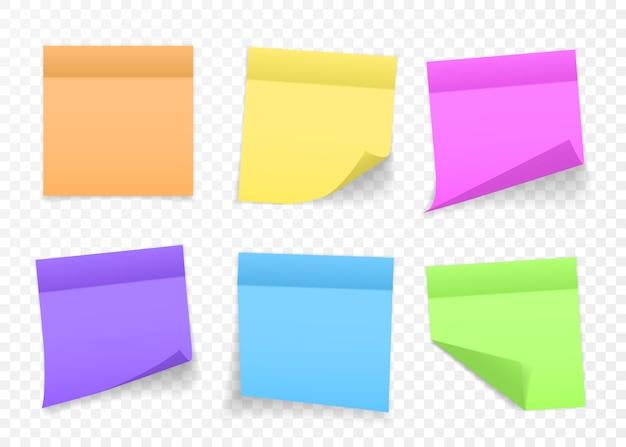 Zbiór różnych kolorowych arkuszy notatek z zawiniętym rogiem i cieniem, gotowy do przesłania wiadomości. realistyczny. na przezroczystym tle. zestaw.
