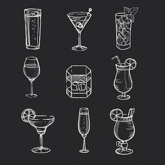 Zbiór różnych ręcznie rysowane napoje na tablicy.
