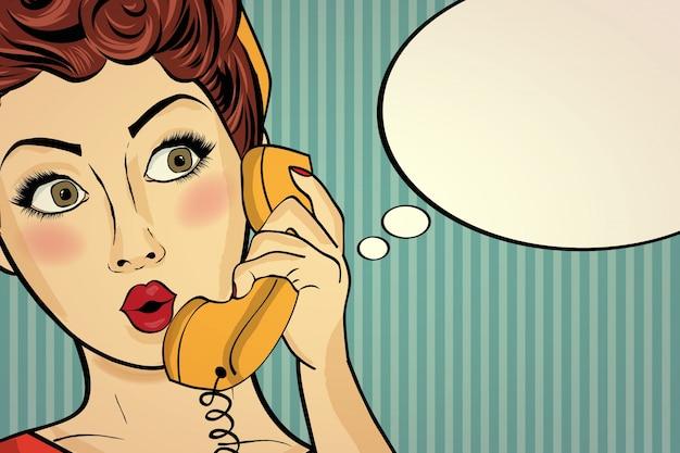 Zdziwiona kobieta pop-artu, rozmawiając na telefon w stylu retro