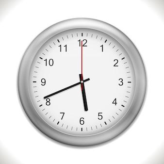 Zegar ścienny na białym tle