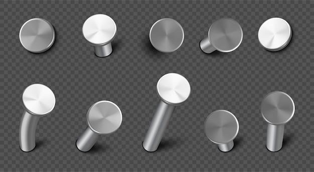 Żelazne gwoździe wbijane w ścianę, proste i wygięte stalowe kolce z okrągłym łbem. realistyczny zestaw metalowych szpilek, ćwieków sprzętowych, narzędzi stolarskich i budowlanych na przezroczystym tle