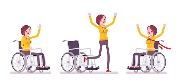 Żeński młody użytkownik wózka inwalidzkiego w pozytywnych emocjach