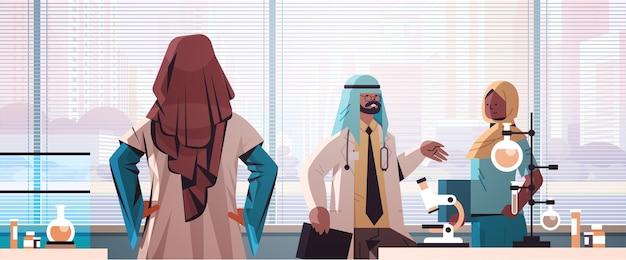 Zespół arabskich lekarzy w mundurze omawiających podczas spotkania w szpitalu medycyna laboratoryjna koncepcja opieki zdrowotnej portret poziomy ilustracji wektorowych