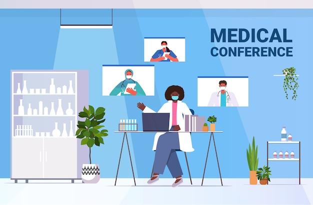 Zespół lekarzy rasy mieszanej omawiających podczas rozmowy wideo wirtualna konferencja medyczna covid-19 pandemia samoizolacja medycyna koncepcja opieki zdrowotnej pozioma ilustracja wektorowa