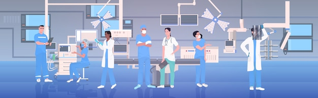 Zespół lekarzy w mundurze, pracując razem w sali operacyjnej nowoczesna klinika szpitalna wnętrze intensywna terapia zabiegi chirurgiczne koncepcja pracy zespołowej poziomej pełnej długości
