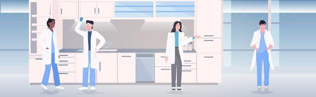 Zespół naukowców pracujących w laboratorium medycznym