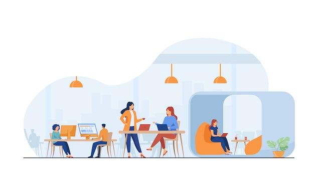 Zespół nowoczesnych firm pracujących w otwartej przestrzeni biurowej