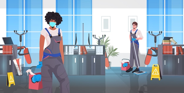 Zespół profesjonalnych sprzątaczy miesza stróżów wyścigów ze sprzętem czyszczącym, pracując razem w poziomie wnętrza biura