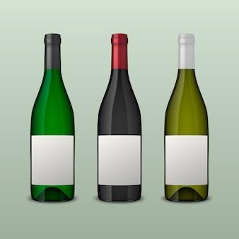 Zestaw 3 realistycznych butelek wina z pustymi etykietami na białym tle.