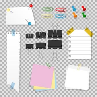 Zestaw akcesoriów biurowych z pinezkami, zszywkami, spinaczami, papierem do notatek, lepkimi arkuszami i szkocką na białym tle